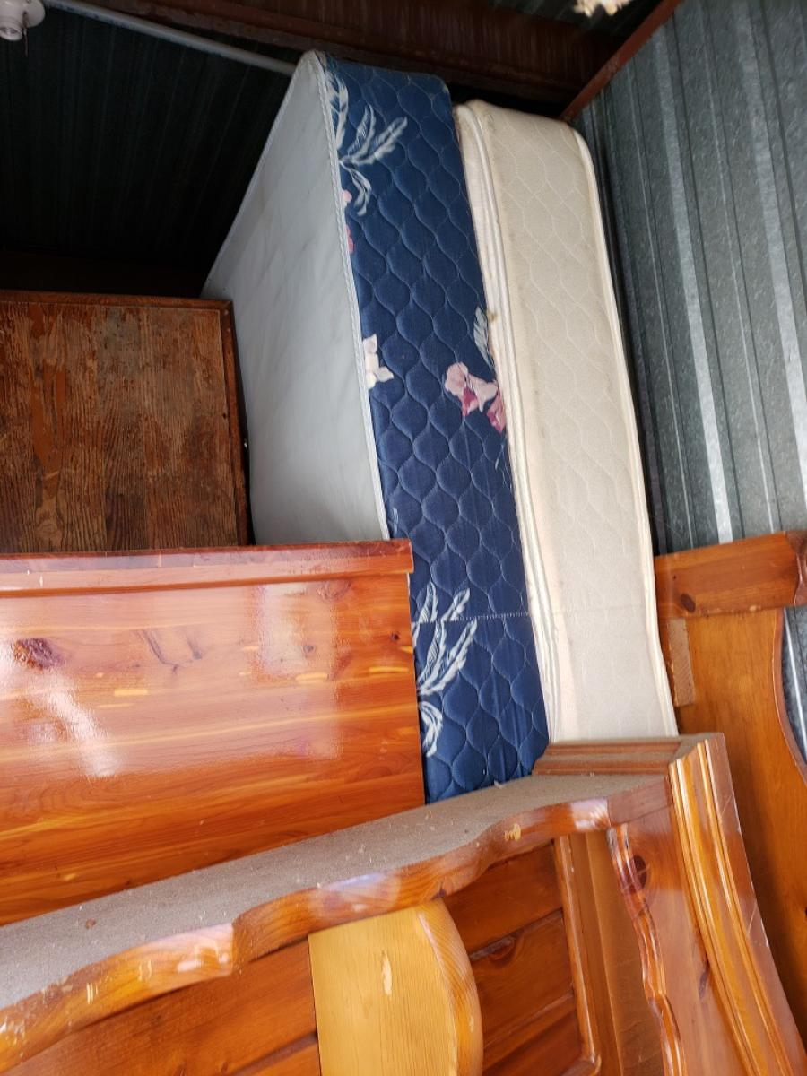 Self Storage Auction #103168 - Image 2 boxes / totes,furniture,mattress
